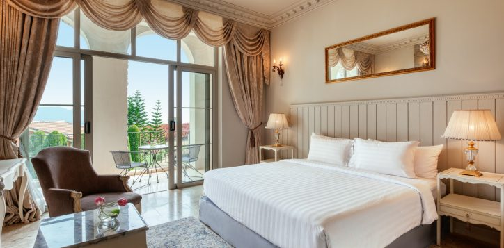 movenpick-khaoyai_deluxe-king-bedroom-2-2